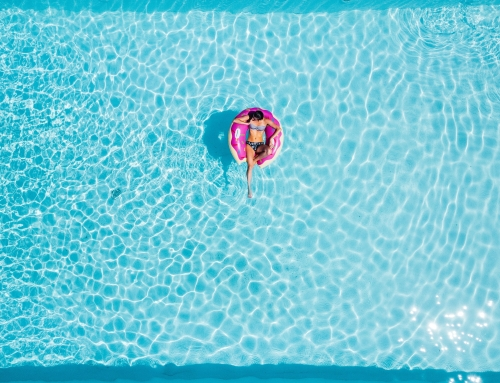 ¿Cómo controlar el acceso de personas a las piscinas comunitarias?